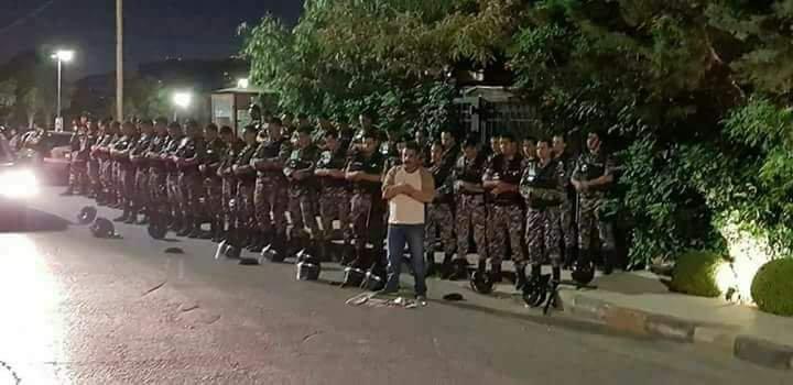 في #الأردن الإمام من المتظاهرين ووراه المصلون من قوات الأمن #إضراب_الأردن
