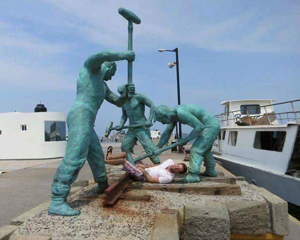 صور لأشخاص يتصورون مع تماثيل بطريقة مضحكة - صورة ٢٢