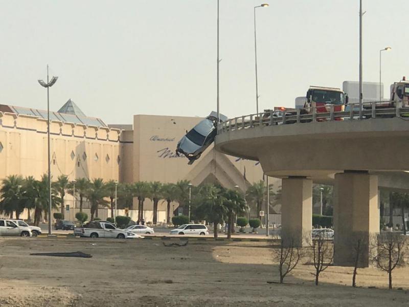 حادث سير في #الخبر في #السعودية تعلقت به السيارة بالحاجز الحديدي الذي منع سقوطها