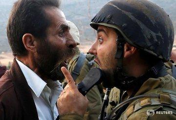 #رويترز تنشر صورة لجدال بين فلسطيني وجندي من قوات الإحتلال أثناء محاولة #إسرائيل هدم مدرسة في #نابلس #فلسطين