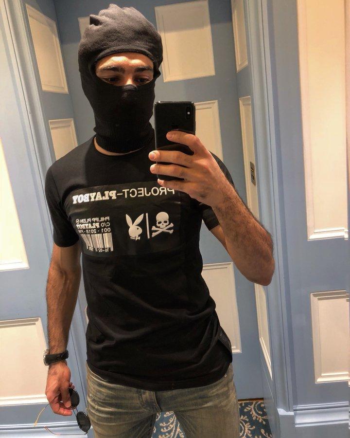 النجم #محمد_صلاح @mosalah يرتدي تيشيرت يحمل علامة المجلة الإباحية playboy ويثير حفيظة متابعينه #مشاهير