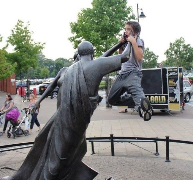 21 صورة لأشخاص يختلقون قصصا مع تماثيل #مضحك #نهفات - صورة 14