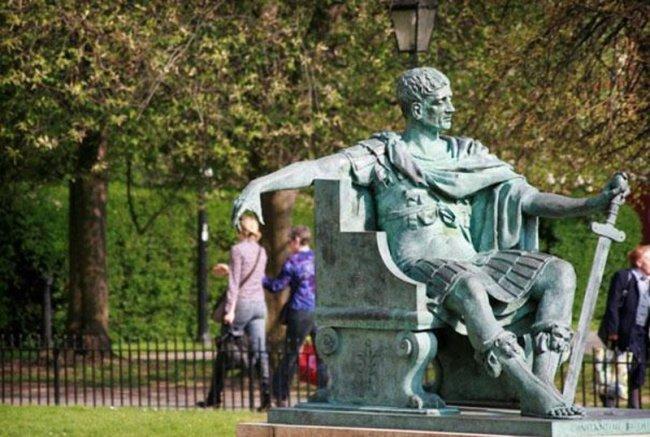 21 صورة لأشخاص يختلقون قصصا مع تماثيل #مضحك #نهفات - صورة 11