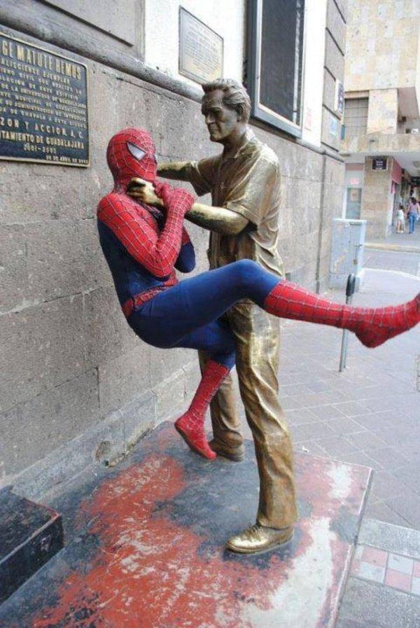 21 صورة لأشخاص يختلقون قصصا مع تماثيل #مضحك #نهفات - صورة 19