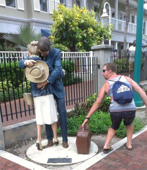 21 صورة لأشخاص يختلقون قصصا مع تماثيل #مضحك #نهفات - صورة 9