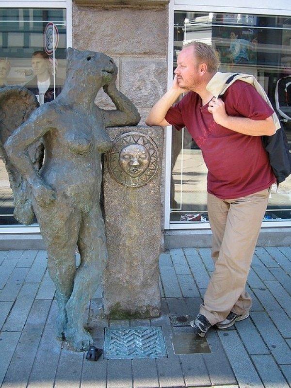 21 صورة لأشخاص يختلقون قصصا مع تماثيل #مضحك #نهفات - صورة 18