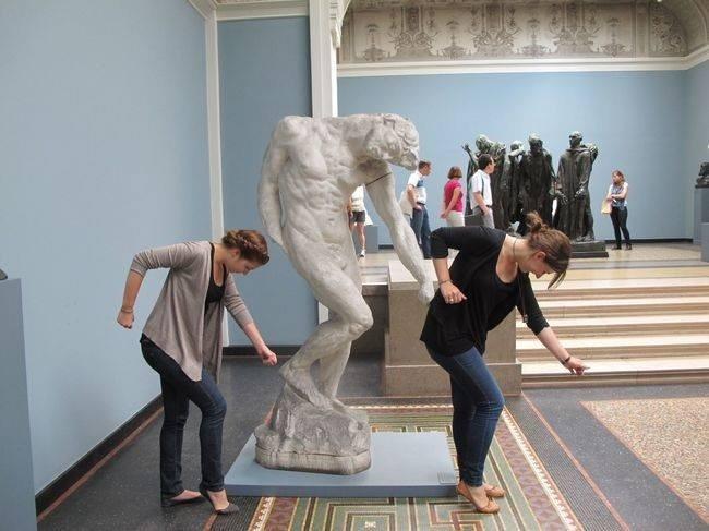 21 صورة لأشخاص يختلقون قصصا مع تماثيل #مضحك #نهفات - صورة 1
