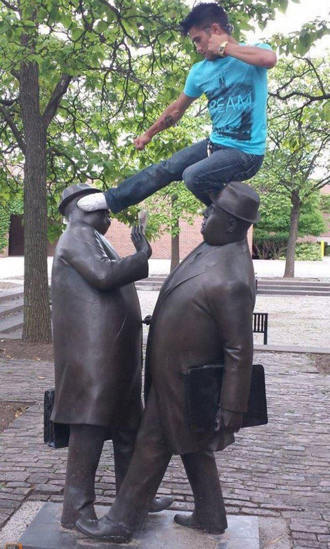 21 صورة لأشخاص يختلقون قصصا مع تماثيل #مضحك #نهفات - صورة 13