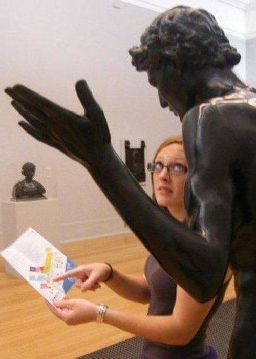 21 صورة لأشخاص يختلقون قصصا مع تماثيل #مضحك #نهفات - صورة 5