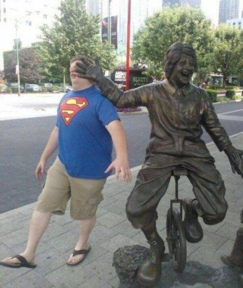 21 صورة لأشخاص يختلقون قصصا مع تماثيل #مضحك #نهفات - صورة 2
