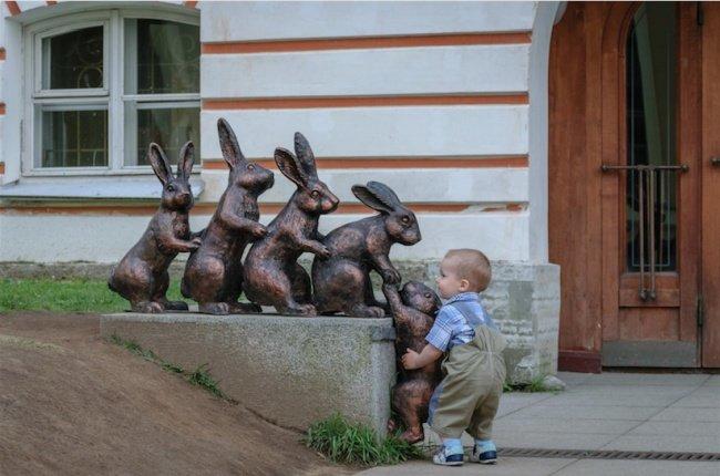 21 صورة لأشخاص يختلقون قصصا مع تماثيل #مضحك #نهفات - صورة 21
