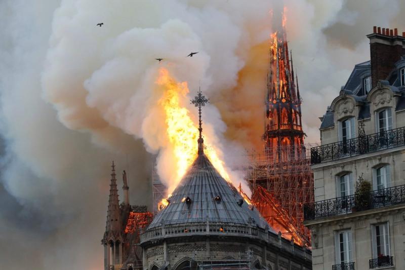 صور حريق #كاتدرائية_نوتردام في #باريس وانهيار برجها الأثري - صورة ١٢
