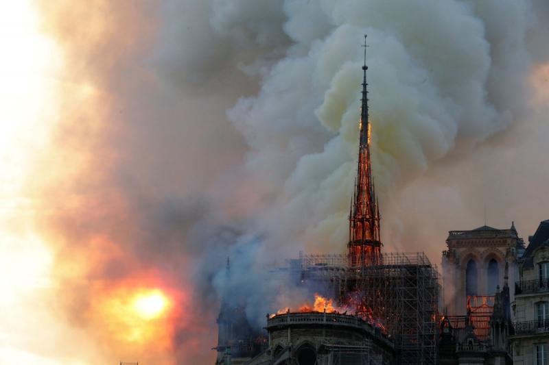 صور حريق #كاتدرائية_نوتردام في #باريس وانهيار برجها الأثري - صورة ٩