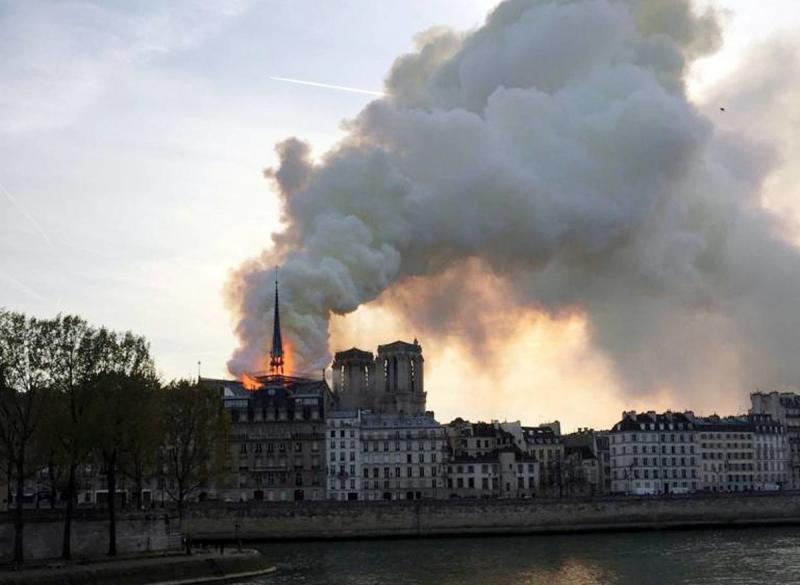 صور حريق #كاتدرائية_نوتردام في #باريس وانهيار برجها الأثري - صورة ٢