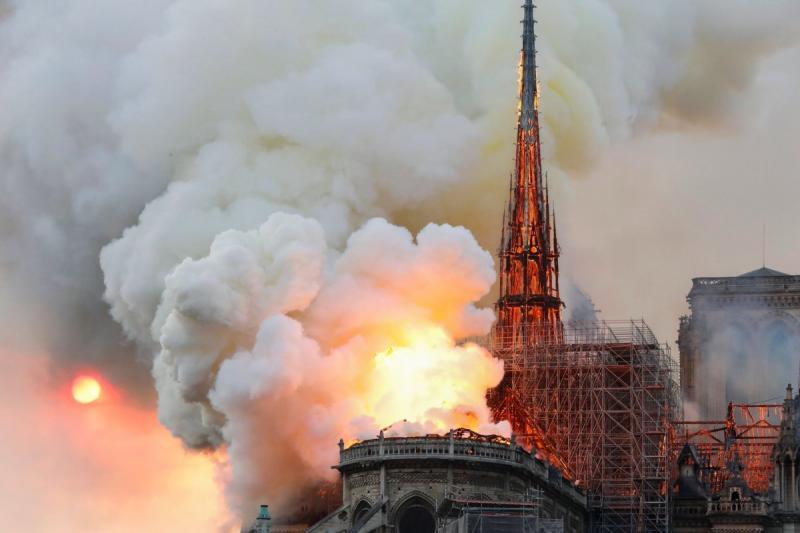 صور حريق #كاتدرائية_نوتردام في #باريس وانهيار برجها الأثري - صورة ١١