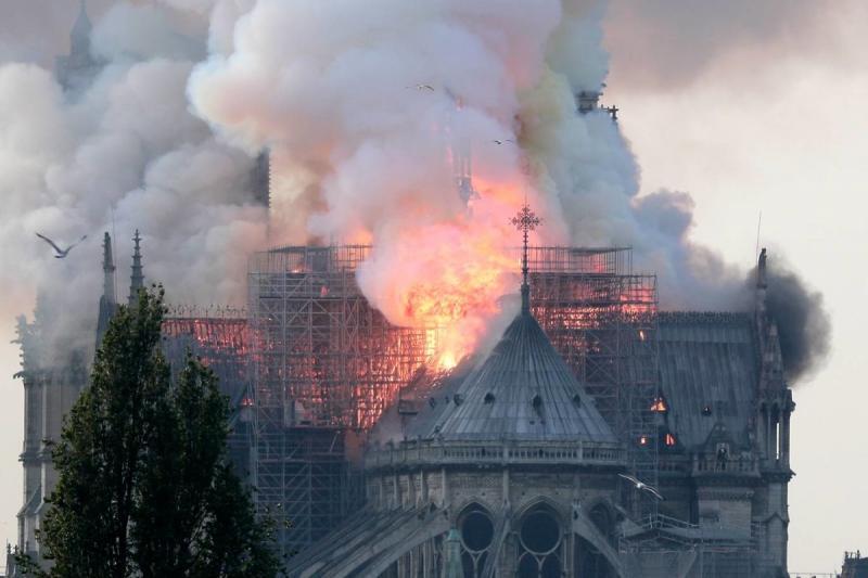 صور حريق #كاتدرائية_نوتردام في #باريس وانهيار برجها الأثري - صورة ٣