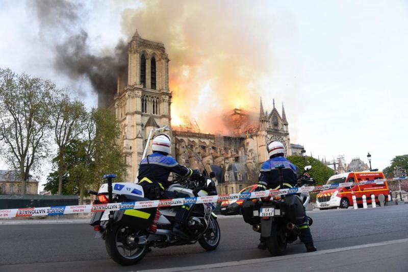 صور حريق #كاتدرائية_نوتردام في #باريس وانهيار برجها الأثري - صورة ٦