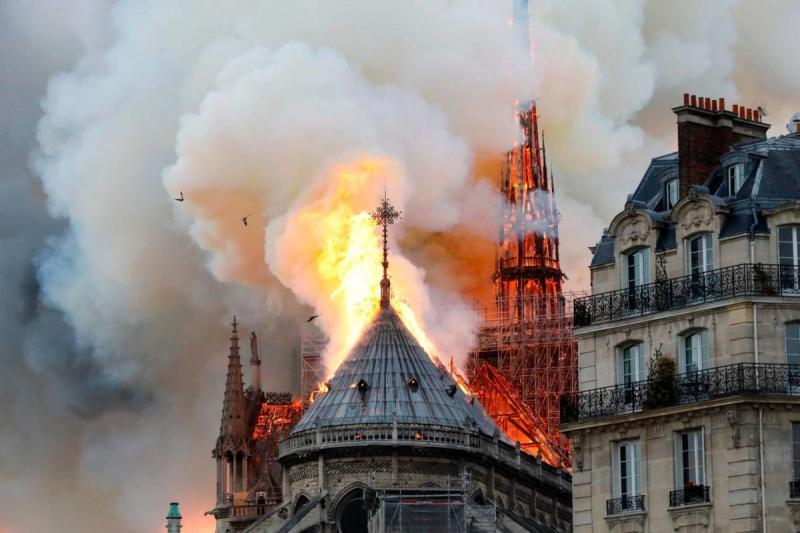 صور حريق #كاتدرائية_نوتردام في #باريس وانهيار برجها الأثري - صورة ١