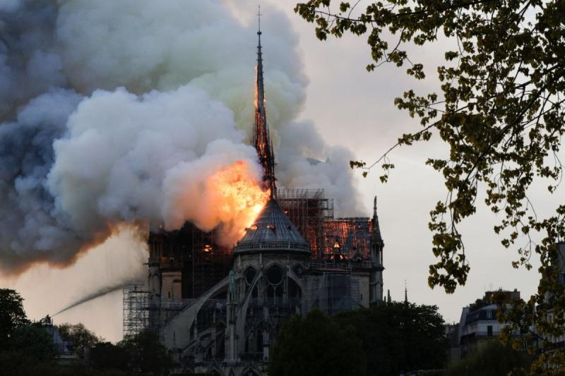 صور حريق #كاتدرائية_نوتردام في #باريس وانهيار برجها الأثري - صورة ١٠