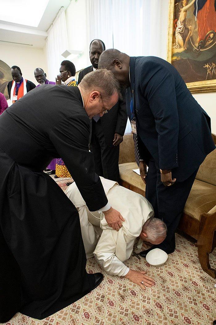البابا #فرانسيس بابا #الفاتيكان يقبل أقدام سياسي جنوب #السودان طالبا منهم أن يوفقوا الحرب بينهم - صورة ٢