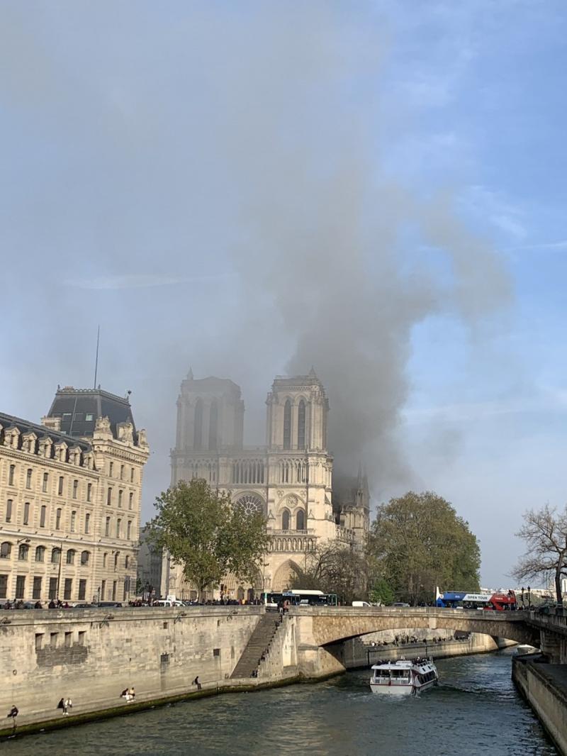 صور حريق #كاتدرائية_نوتردام في #باريس وانهيار برجها الأثري - صورة ٤