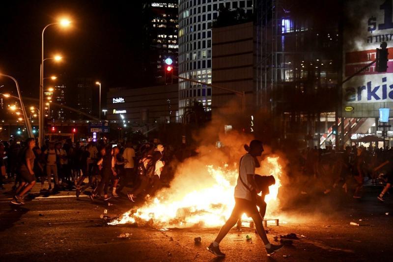 صور من المظاهرات في الأراضي الفلسطينية المحتلة ( #إسرائيل ) بعد مقتل يهودي أثيوبي على يد الشرطة - صورة ١٠
