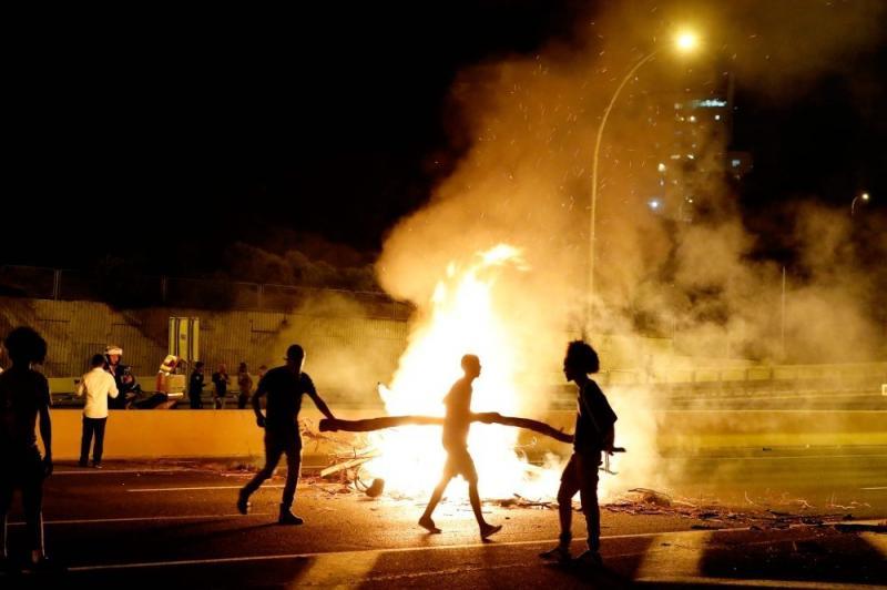 صور من المظاهرات في الأراضي الفلسطينية المحتلة ( #إسرائيل ) بعد مقتل يهودي أثيوبي على يد الشرطة - صورة ٩