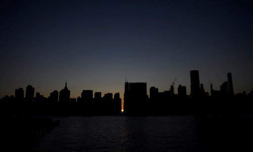 مدينة #نيويورك #مانهاتن يعمها الظلام بسبب انقطاع الكهرباء لاحتراق محطة توزيع الكهرباء فيها - صورة ٦