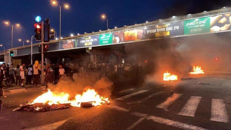 صور من المظاهرات في الأراضي الفلسطينية المحتلة ( #إسرائيل ) بعد مقتل يهودي أثيوبي على يد الشرطة - صورة ٨
