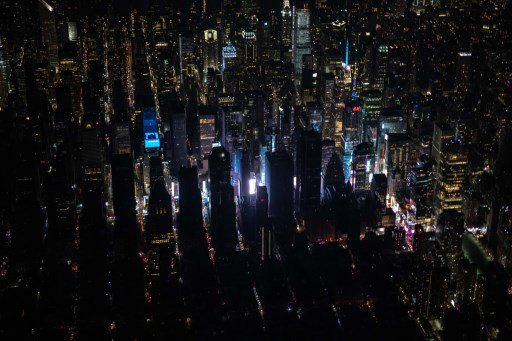مدينة #نيويورك #مانهاتن يعمها الظلام بسبب انقطاع الكهرباء لاحتراق محطة توزيع الكهرباء فيها - صورة ٥