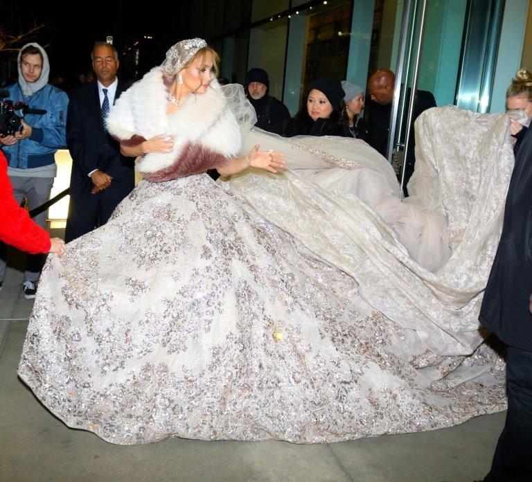 #جينيفر_لوبيز تتألق ب #فستان زفاف من تصميم #زهير_مراد لدورها في فيلمها الجديد #مشاهير - صورة 8