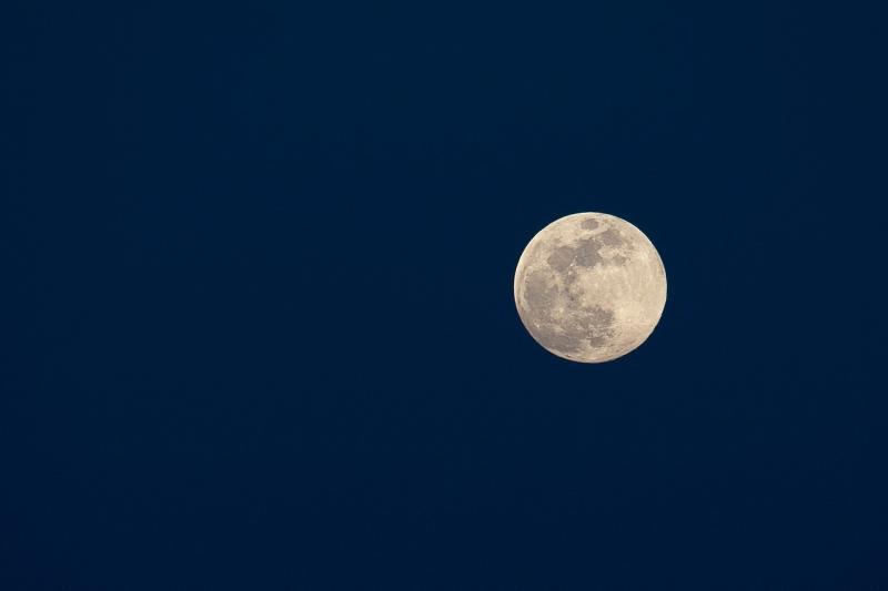 صور لـ #شهر #اكتمال_القمر #شهر #ليل #أزرق_غامق #بنى