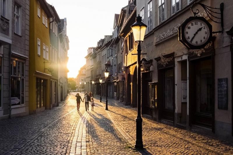 صور تحتوي #قديم #هندسة_معمارية #البنايات #غروب_الشمس #مدينة #شارع