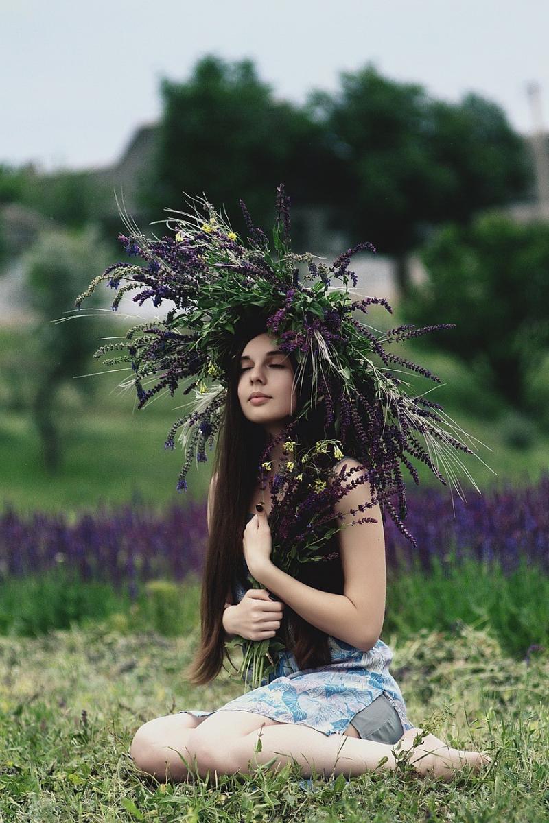صور تحتوي #إكليل #النساء #أنثى #القبعات #فتاة #زهور #في_الخارج