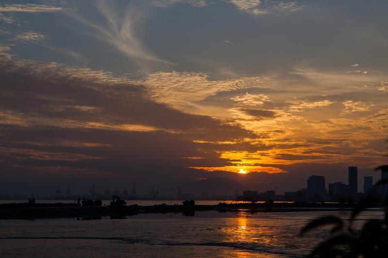 صور لـ #شروق_الشمس #شاطئ_البحر #ضوء_الشمس #ضوء #سماء #صباح #شمس
