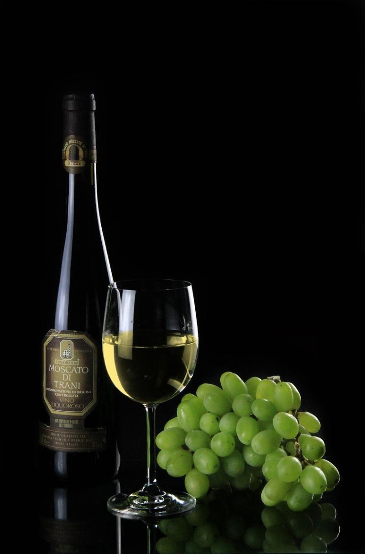 صور تحتوي #نبيذ #باق_على_قيد_الحياة #زجاجة #زجاج #النبيذ_الأبيض #كأس_نبيذ