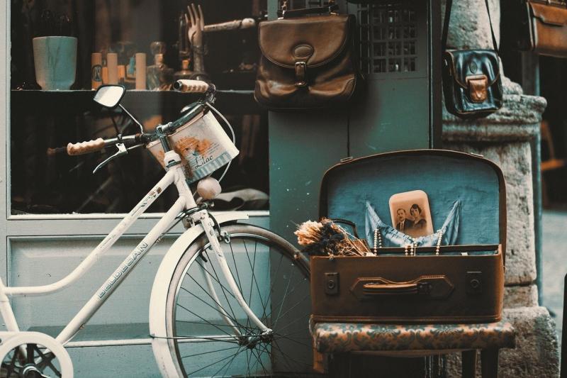 صور تحتوي #اسطنبول #عتيق #دراجة #متجر #قديم #ريترو #شارع