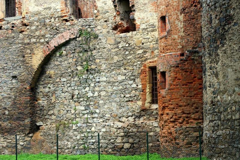 صور تحتوي #هندسة_معمارية #بحيرة_دوسيا #أطلال_القلعة #حائط_حجارة