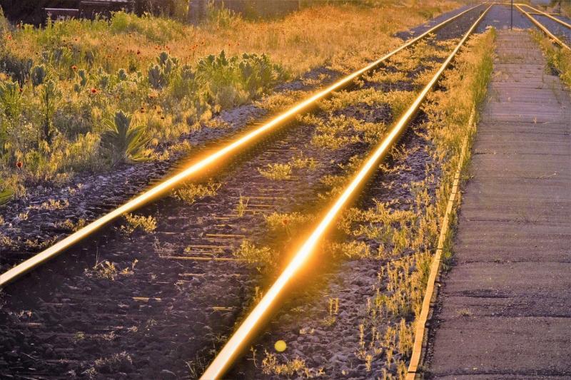 صور تحتوي #الساعة_الذهبية #سكة_حديدية #انعكاس #غروب_الشمس