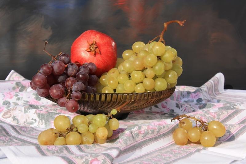 صور تحتوي #غطاء_طاولة #وعاء_فاكهة #فاكهة #باق_على_قيد_الحياة #عنب
