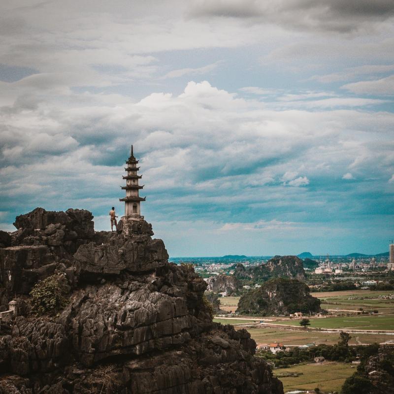 صور تحتوي #سماء #رحلة_قصيرة #صخرة #فييت_نام #لطيف #أعلى #جبل #السفر