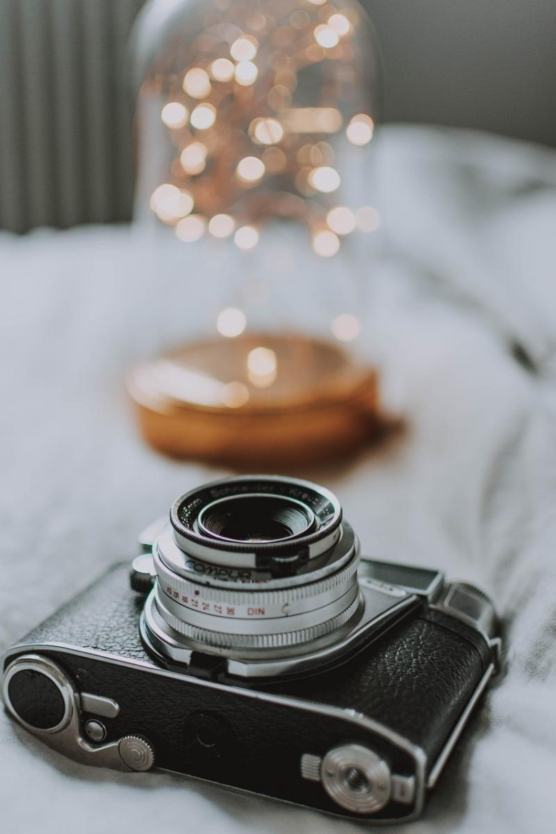 صور تحتوي #ضوء #خوخه #السرير #الة_تصوير #بطانية #تأثير_الضوء