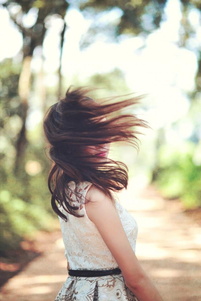صور تحتوي #أسلوب #فتاة #نموذج #شعر #فستان #أبيض #أنثى #غروب_الشمس