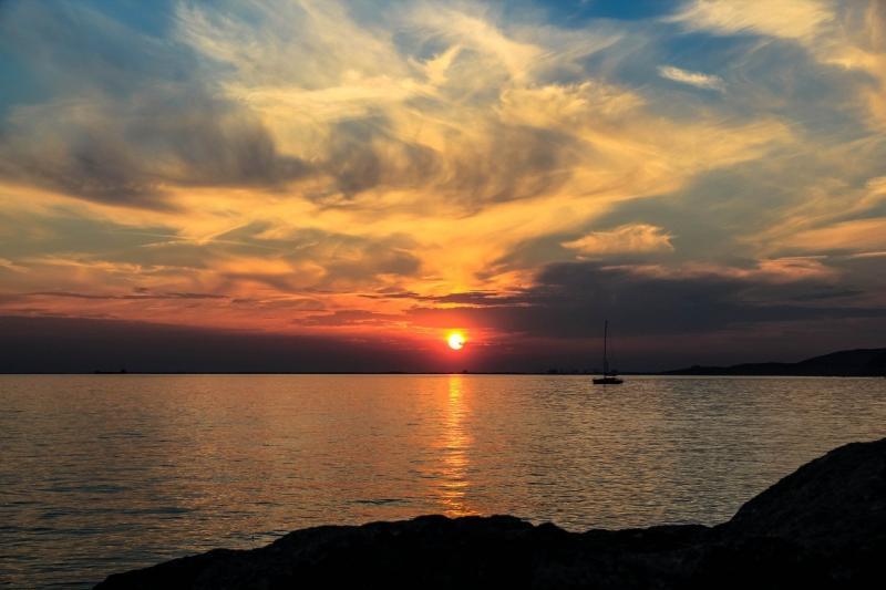 صور تحتوي #دخان #شمس #قارب