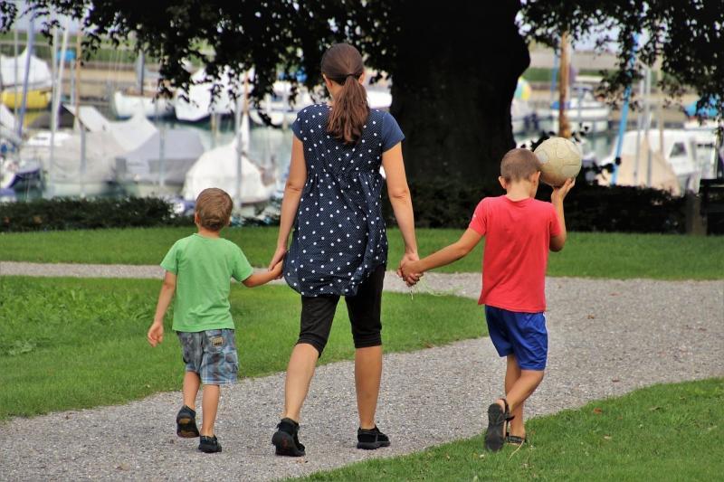 صور لـ #فاصل #عائلة #الأطفال #الكرة #أمي #مرحلة_الطفولة