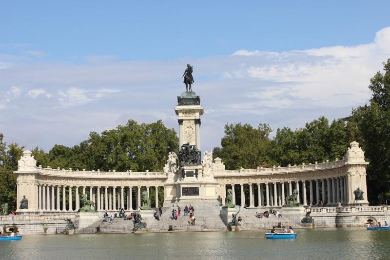صور تحتوي #سماء #إسبانيا #ماء #مدريد #نصب_تذكاري #هندسة_معمارية #منتزه