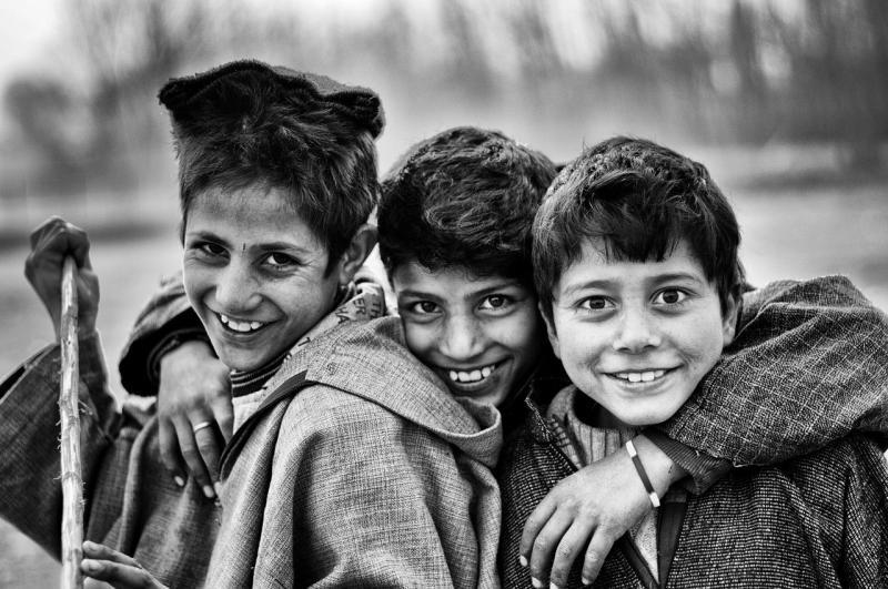 صور تحتوي #اسود_و_ابيض #باسم #عيون #فقير #أولاد #اصحاب