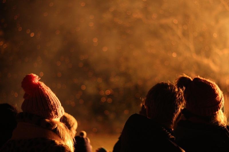 صور لـ #اشخاص #ليل #دخان #نار #المعسكر #شتاء #مشعل