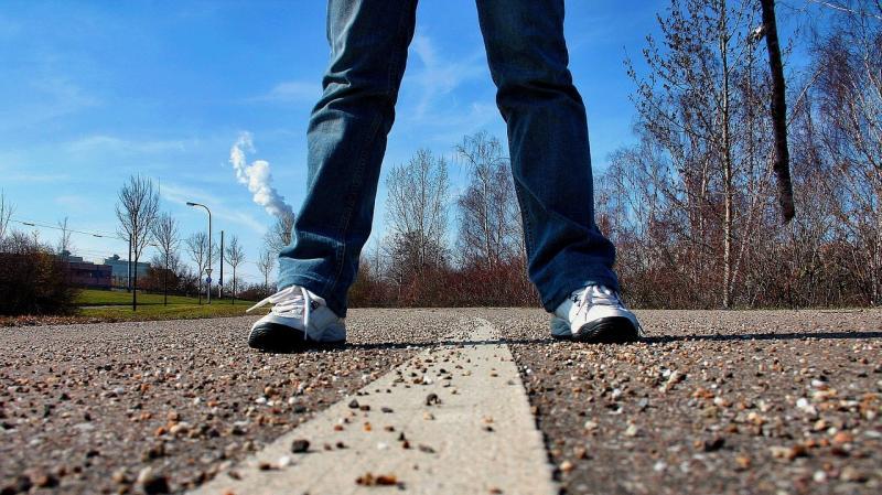 صور تحتوي #أحذية_رياضية #أقدام #الطريق #رصيف #يفهم #إنطباع