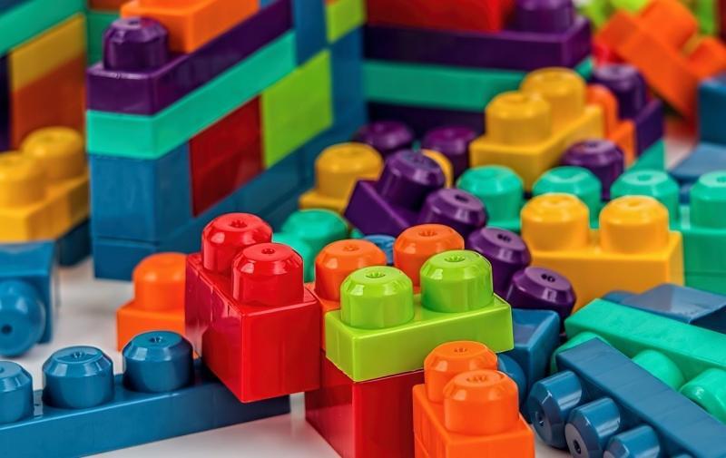 صور تحتوي #بناء #زاهى_الألوان #لعب #اعمال_بناء #عروسه_لعبه #كتل